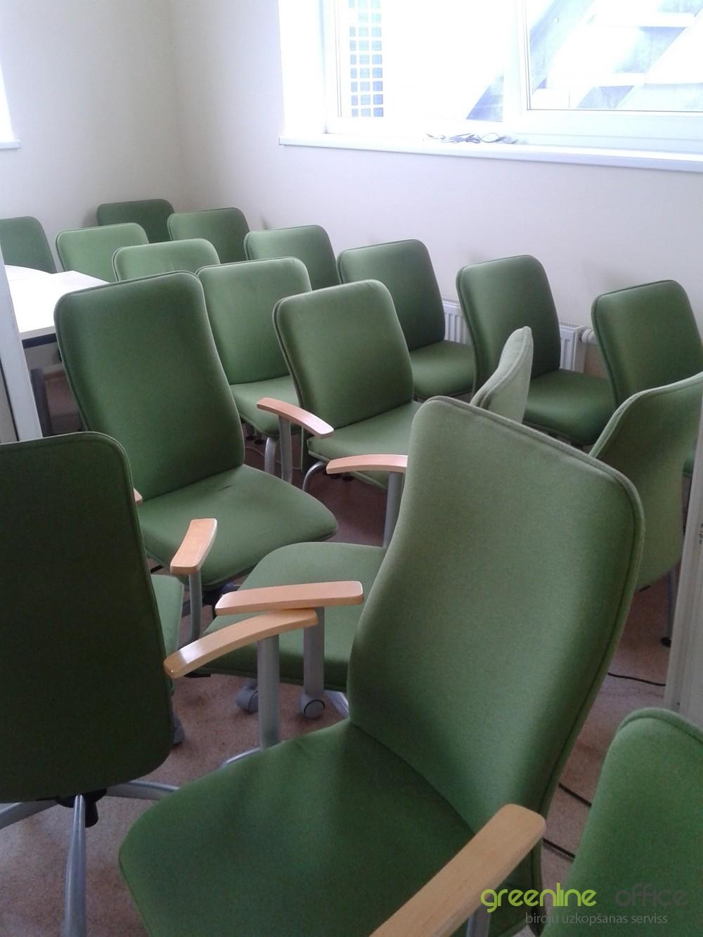 Biroja krēslu tīrīšana